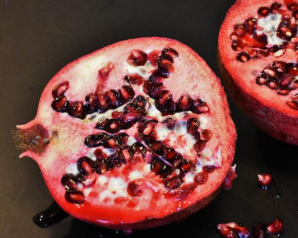 Delat granatäpple - granatäpplets antioxidanter skyddar mot åderförkalkning och hjärtsjukdom.