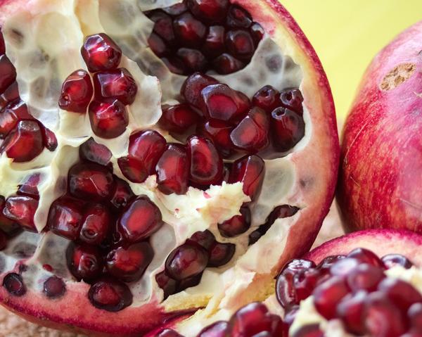 Granatäpple - kan bromsa åldrandet och fungera föryngrande med bland annat starkare muskler.